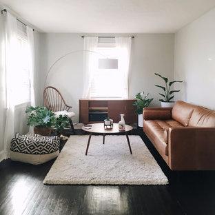 Ejemplo de sala de estar cerrada, nórdica, de tamaño medio, con paredes beige y suelo de madera oscura