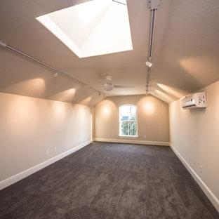 Foto di un grande soggiorno stile americano stile loft con moquette e pareti beige