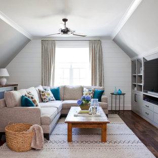 Foto de sala de estar campestre con suelo de madera oscura y pared multimedia
