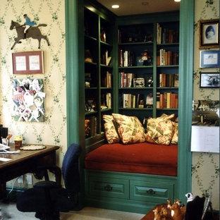 Idee per un soggiorno classico di medie dimensioni e chiuso con libreria, pareti beige, moquette e pavimento beige