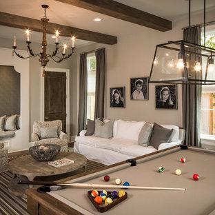 Esempio di un soggiorno classico di medie dimensioni e chiuso con pareti beige, sala giochi, moquette, nessun camino, nessuna TV e pavimento multicolore