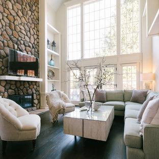 Cette image montre une grande salle de séjour traditionnelle ouverte avec un mur blanc, un sol en bois foncé, une cheminée ribbon, un manteau de cheminée en pierre, un téléviseur indépendant et un sol noir.