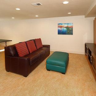 シアトルのビーチスタイルのおしゃれなファミリールーム (ゲームルーム、白い壁、リノリウムの床、標準型暖炉、埋込式メディアウォール、オレンジの床、石材の暖炉まわり) の写真