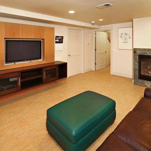 シアトルのビーチスタイルのおしゃれなファミリールーム (ゲームルーム、白い壁、リノリウムの床、標準型暖炉、石材の暖炉まわり、埋込式メディアウォール、オレンジの床) の写真