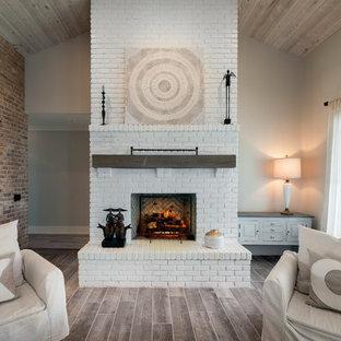 Réalisation d'une salle de séjour style shabby chic de taille moyenne et ouverte avec un mur beige, un sol en carrelage de céramique, une cheminée standard, un manteau de cheminée en brique, aucun téléviseur et un sol gris.