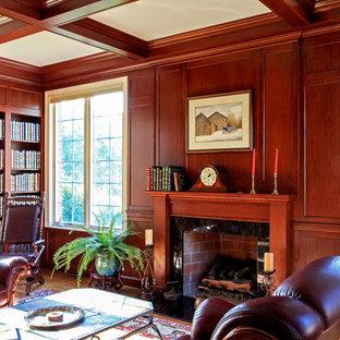 Immagine di un grande soggiorno chic chiuso con libreria, parquet chiaro, camino classico e cornice del camino in legno