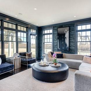ニューヨークのコンテンポラリースタイルのおしゃれなファミリールーム (青い壁、濃色無垢フローリング、茶色い床) の写真
