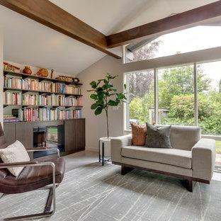 Mid-Century Wohnzimmer mit grauer Wandfarbe, Betonboden, Kamin, grauem Boden und Kaminsims aus Holz in Portland