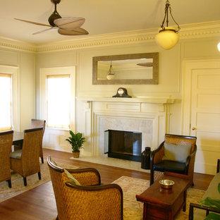 Foto di un soggiorno stile americano di medie dimensioni e chiuso con pareti bianche, pavimento in legno massello medio, camino classico e cornice del camino in pietra