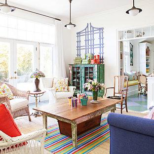 Großes, Offenes Shabby-Look Wohnzimmer mit weißer Wandfarbe, gebeiztem Holzboden und Wand-TV in Los Angeles