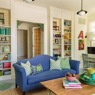 Idee per un grande soggiorno eclettico aperto con pareti bianche, pavimento in legno verniciato, TV a parete e pavimento multicolore