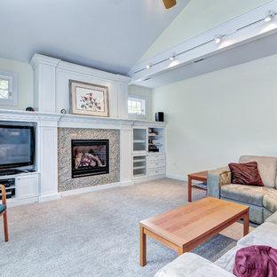 フィラデルフィアの大きいビーチスタイルのおしゃれな独立型ファミリールーム (ライブラリー、黄色い壁、カーペット敷き、標準型暖炉、石材の暖炉まわり、埋込式メディアウォール) の写真