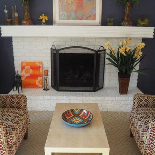 デトロイトの中くらいのトランジショナルスタイルのおしゃれなファミリールーム (青い壁、カーペット敷き、標準型暖炉、レンガの暖炉まわり、ベージュの床) の写真