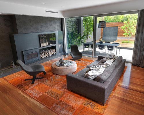Gut Großes, Offenes Modernes Wohnzimmer Mit Schwarzer Wandfarbe, Braunem  Holzboden, Wand TV,