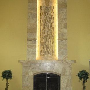 Idee per un soggiorno minimal chiuso con pareti gialle, camino sospeso e cornice del camino piastrellata