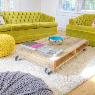 Modelo de sala de estar abierta, bohemia, pequeña, con paredes blancas, suelo de madera clara, chimenea tradicional y televisor colgado en la pared