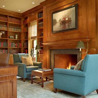 Inredning av ett klassiskt allrum, med ett bibliotek