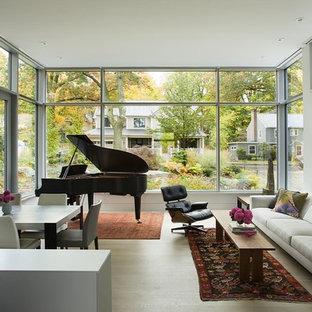 Diseño de sala de estar con rincón musical abierta, contemporánea, pequeña, sin chimenea y televisor, con paredes blancas y suelo de madera clara