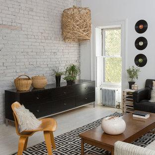 ニューヨークの中サイズのコンテンポラリースタイルのおしゃれなファミリールーム (ライブラリー、白い壁、塗装フローリング、標準型暖炉、据え置き型テレビ) の写真
