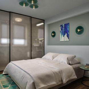 Idee per un piccolo soggiorno minimal chiuso con sala della musica, pareti verdi, pavimento in bambù, TV a parete e pavimento marrone