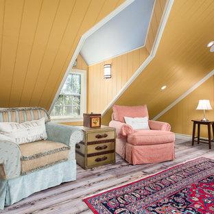 Ispirazione per un soggiorno eclettico chiuso con pareti gialle