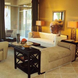 フェニックスの広いトランジショナルスタイルのおしゃれなオープンリビング (白い壁、トラバーチンの床、コーナー設置型暖炉、石材の暖炉まわり) の写真