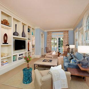 Diseño de sala de estar cerrada, clásica, sin chimenea, con paredes azules, moqueta y pared multimedia