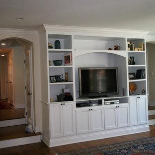ニューヨークの中サイズのトラディショナルスタイルのおしゃれな独立型ファミリールーム (ベージュの壁、濃色無垢フローリング、暖炉なし、据え置き型テレビ、茶色い床) の写真