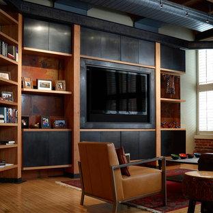 Modelo de sala de estar cerrada, contemporánea, de tamaño medio, con suelo de madera en tonos medios, pared multimedia y suelo naranja