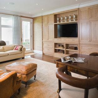 ニューヨークの大きいトラディショナルスタイルのおしゃれな独立型ファミリールーム (茶色い壁、濃色無垢フローリング、暖炉なし、埋込式メディアウォール、茶色い床) の写真
