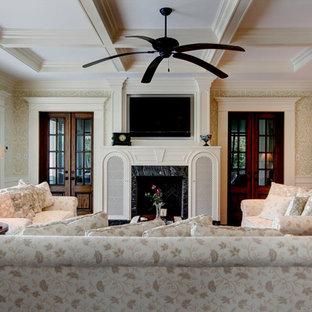 マイアミの大きいトラディショナルスタイルのおしゃれな独立型ファミリールーム (マルチカラーの壁、濃色無垢フローリング、暖炉なし、壁掛け型テレビ、茶色い床) の写真