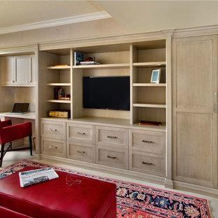 Ejemplo de sala de estar cerrada, clásica renovada, de tamaño medio, sin chimenea, con paredes beige, suelo de baldosas de porcelana, pared multimedia y suelo beige