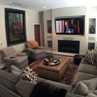 シカゴの小さいコンテンポラリースタイルのおしゃれなオープンリビング (白い壁、濃色無垢フローリング、標準型暖炉、埋込式メディアウォール、漆喰の暖炉まわり、茶色い床) の写真