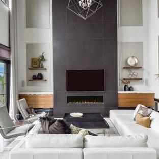 Großes, Offenes Modernes Wohnzimmer mit weißer Wandfarbe, dunklem Holzboden, Gaskamin, gefliester Kaminumrandung, Wand-TV, braunem Boden und Wandpaneelen in Chicago