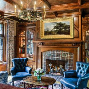 フィラデルフィアのヴィクトリアン調のおしゃれなファミリールーム (ライブラリー、ベージュの壁、標準型暖炉、レンガの暖炉まわり) の写真