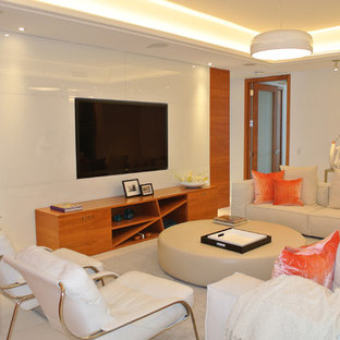 Immagine di un grande soggiorno design chiuso con pareti bianche, pavimento in travertino e parete attrezzata