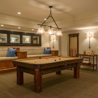 ニューヨークのトラディショナルスタイルのおしゃれな独立型ファミリールーム (ゲームルーム、ベージュの壁、カーペット敷き、茶色い床) の写真