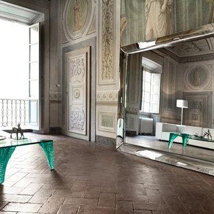 Foto di un ampio soggiorno classico aperto con angolo bar, pareti bianche, nessuna TV, pavimento rosso e pavimento in mattoni