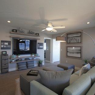ラスベガスの中サイズのエクレクティックスタイルのおしゃれなファミリールーム (グレーの壁、カーペット敷き、壁掛け型テレビ、暖炉なし、ベージュの床) の写真