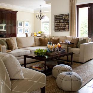 Esempio di un grande soggiorno classico aperto con pareti beige, pavimento in travertino e nessun camino