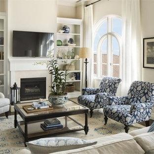 Esempio di un soggiorno stile marinaro di medie dimensioni e aperto con pareti beige, parquet scuro, camino classico, cornice del camino in intonaco e TV a parete