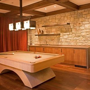 Ejemplo de sala de estar mediterránea, grande, con suelo de madera en tonos medios, paredes beige y suelo naranja