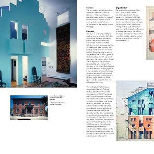 Idee per un grande soggiorno stile loft con libreria, pareti blu, parquet scuro, camino ad angolo, cornice del camino in intonaco, TV nascosta e pavimento marrone