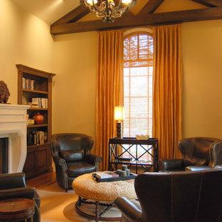 ヒューストンの中サイズのコンテンポラリースタイルのおしゃれな独立型ファミリールーム (ベージュの壁、無垢フローリング、標準型暖炉、漆喰の暖炉まわり、テレビなし) の写真