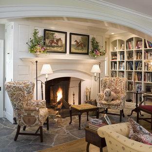 フィラデルフィアのトラディショナルスタイルのおしゃれなファミリールーム (ライブラリー、ベージュの壁、標準型暖炉、木材の暖炉まわり、テレビなし、スレートの床) の写真