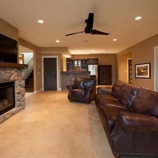 バンクーバーの中サイズのトラディショナルスタイルのおしゃれな独立型ファミリールーム (ホームバー、茶色い壁、セラミックタイルの床、標準型暖炉、石材の暖炉まわり、壁掛け型テレビ) の写真