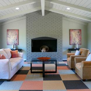 サンフランシスコのコンテンポラリースタイルのおしゃれなファミリールーム (カーペット敷き、標準型暖炉、レンガの暖炉まわり、マルチカラーの床) の写真