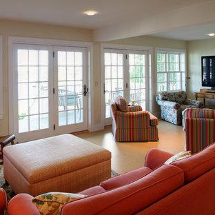 ポートランド(メイン)の大きいエクレクティックスタイルのおしゃれなファミリールーム (ホームバー、黄色い壁、コルクフローリング、暖炉なし、据え置き型テレビ) の写真