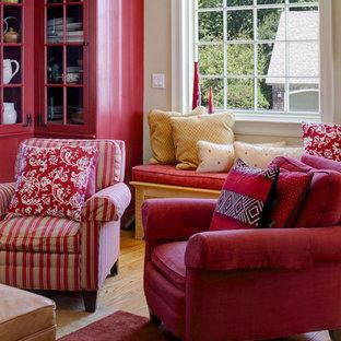 Ispirazione per un soggiorno classico di medie dimensioni e aperto con pareti beige, parquet chiaro, camino classico, parete attrezzata e cornice del camino in cemento
