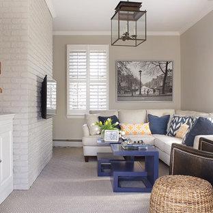 Ejemplo de sala de estar cerrada, tradicional renovada, pequeña, con paredes beige, moqueta y televisor colgado en la pared